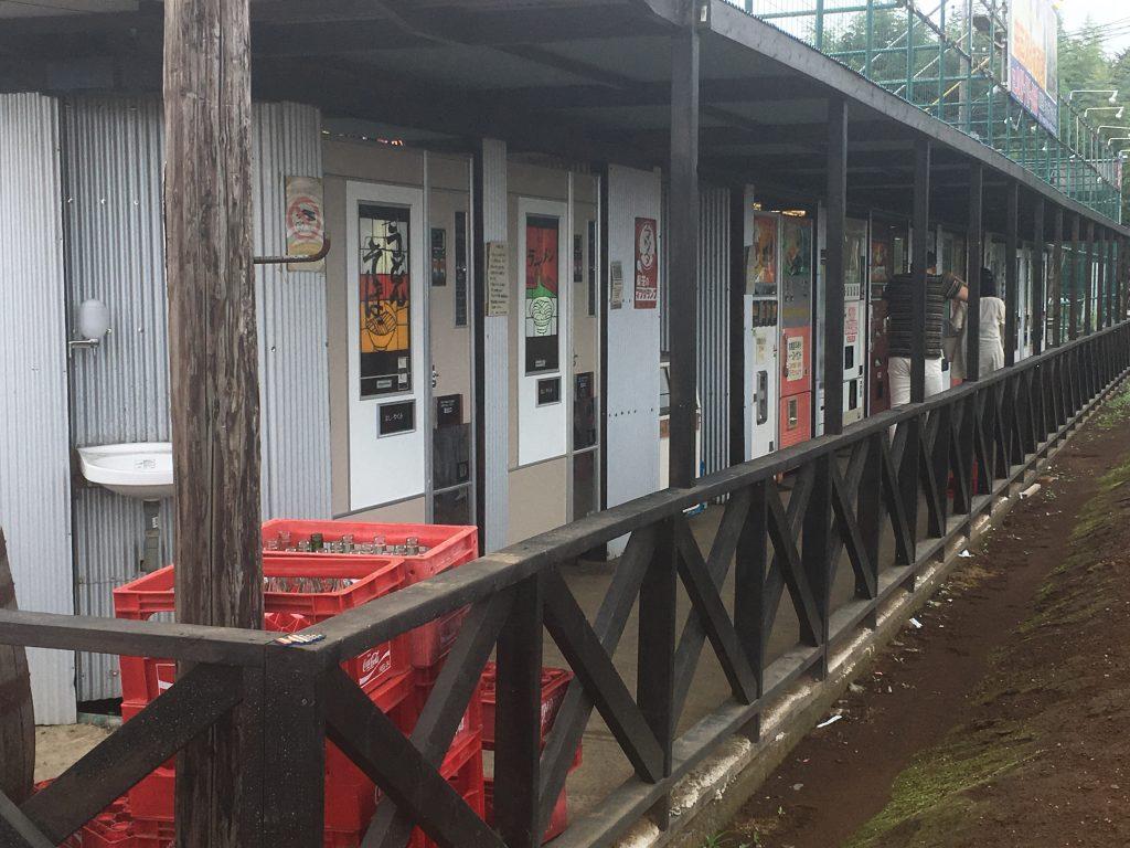 中古タイヤ市場 相模原店 自販機の列