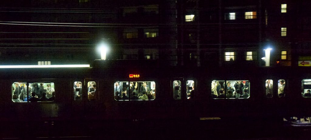 仕事帰りの人たちを乗せた電車