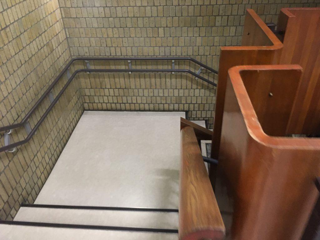 新宿区地下への階段